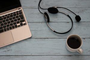 PCとヘッドセットとコーヒー